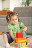 Petite fille jouant avec des blocs de jouet Photos libres de droits