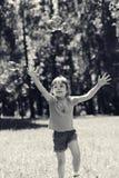 Petite fille jouant avec des bulles de savon Photos libres de droits
