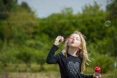 Petite fille jouant avec des bulles de savon Image libre de droits