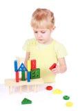 Petite fille jouant avec des cubes Image stock
