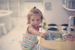 Petite fille jouant avec des jouets Photo libre de droits