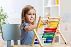 Petite fille jouant avec des jouets Images libres de droits