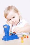 Petite fille jouant avec l'échelle photographie stock libre de droits