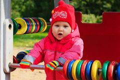 Petite fille jouant avec l'abaque sur le terrain de jeu Image stock