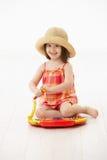 Petite fille jouant avec l'instrument de jouet Image libre de droits