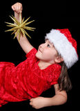 Petite fille jouant avec l'ornement de Noël Photo stock
