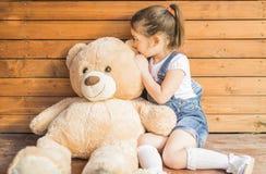 Petite fille jouant avec l'ours de nounours Image libre de droits