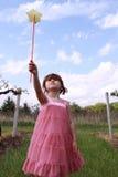 Petite fille jouant avec la baguette magique magique Photo stock