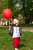 Petite fille jouant avec le ballon Photo stock