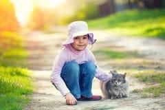 Petite fille jouant avec le chat Photos libres de droits