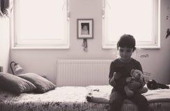 Petite fille jouant avec le jouet d'ours Photo stock