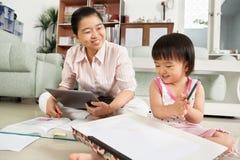 Petite fille jouant avec le papier de retrait Photographie stock libre de droits