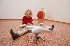 Petite fille jouant avec le quadrocopter Image stock
