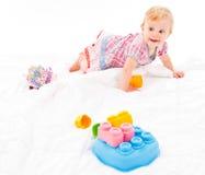 Petite fille jouant avec les blocs constitutifs photographie stock