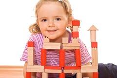 Petite fille jouant avec les blocs en bois photographie stock