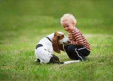 Petite fille jouant avec un chien Photo libre de droits