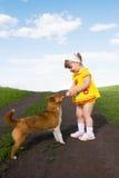 Petite fille jouant avec un crabot Images libres de droits