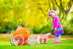 Petite fille jouant Cendrillon photo libre de droits