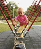 Petite fille jouant dans la cour de jeu Photo libre de droits