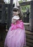 Petite fille jouant dans la cour de jeu Photos libres de droits