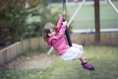 Petite fille jouant dans la fermeture éclair image stock
