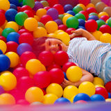 Petite fille jouant dans le château de rebondissement gonflable photographie stock