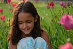 Petite fille jouant dans le jardin Images stock