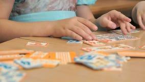 Petite fille jouant dans le jeu se développant banque de vidéos