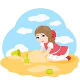 Petite fille jouant dans le sable Image libre de droits