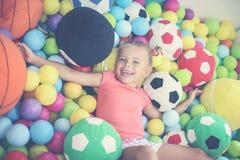 Petite fille jouant dans le terrain de jeu Photographie stock