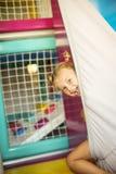 Petite fille jouant dans le terrain de jeu Image libre de droits