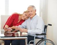 Petite-fille jouant des cartes avec le grand-père Images stock