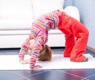 Petite fille jouant des sports à la maison Photographie stock