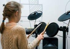 Petite fille jouant des tambours Images libres de droits