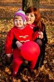 Petite fille jouant en automne Photos stock