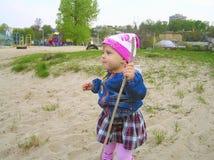 Petite fille jouant en nature Photographie stock libre de droits