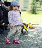 Petite fille, jouant en stationnement Photos stock
