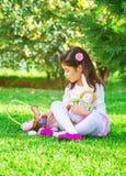 Petite fille jouant le jeu Photo stock