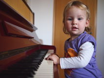 Petite fille jouant le piano Photos stock
