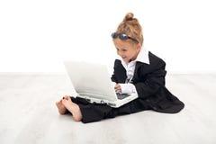 Petite fille jouant le rôle de femme de carrière photographie stock libre de droits