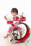 Petite fille jouant le tambour photo libre de droits