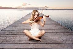 Petite fille jouant le violon photographie stock