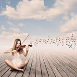 Petite fille jouant le violon images stock