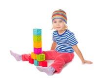 Petite fille jouant se reposer de cubes Photos libres de droits
