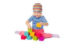 Petite fille jouant se reposer de cubes Photographie stock