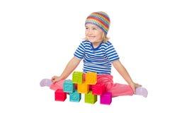 Petite fille jouant se reposer de cubes Image stock