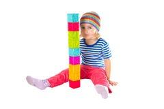 Petite fille jouant se reposer de cubes Images stock