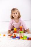 Petite fille jouant sur l'étage à la maison Image libre de droits