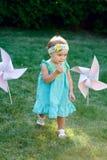 Petite fille jouant sur l'herbe en parc d'été photo libre de droits