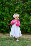 Petite fille jouant sur l'herbe en parc d'été images libres de droits